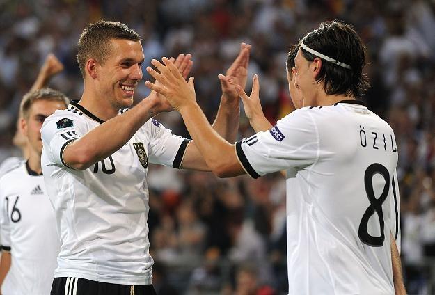 Lukas Podolski i Mesut Oezil /AFP