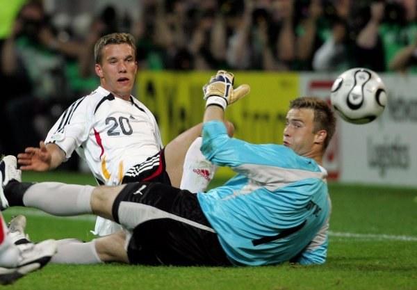 Lukas Podolski nie pokonał Artura Boruca /AFP