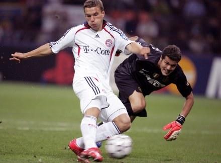 Lukas Podolski strzela gola /AFP