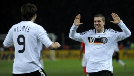 Lukas Podolski (z prawej) /AFP