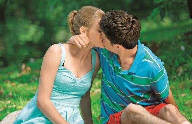 Łukasz całuje Karolinę, aby wzbudzić zazdrość... Zuzy. /Mat. Prasowe