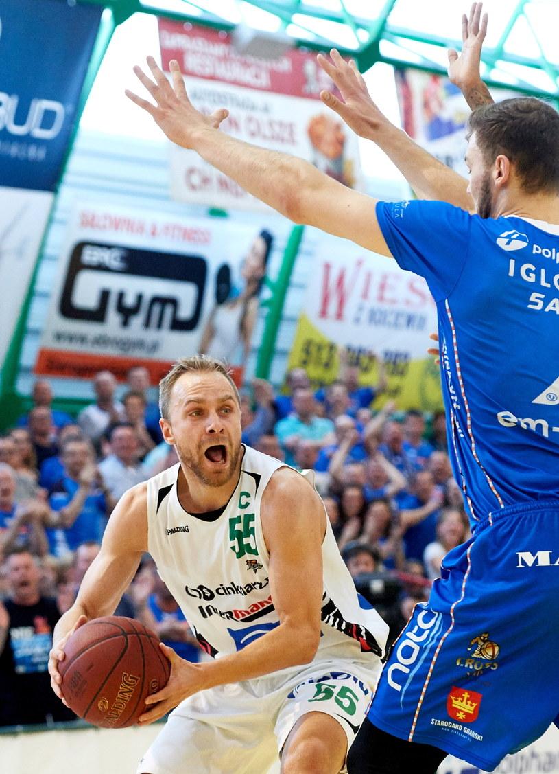 Łukasz Koszarek (z piłką) ze Stelmetu BC Zielona Góra /Adam Warżawa /PAP