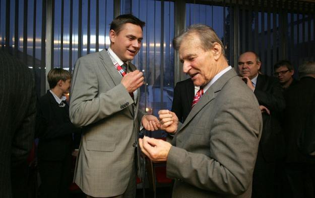 Łukasz Mazur (z lewej) dzieli się opłatkiem ze Stanisławem Oślizłą/fot. Dariusz Hermiesz /Informacja prasowa