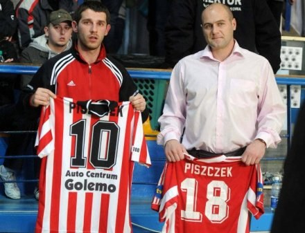 Łukasz Skrzyński (z lewej) podczas aukcji koszulek Krzysztof Piszczka, fot: Maciej Gillert /Agencja Przegląd Sportowy