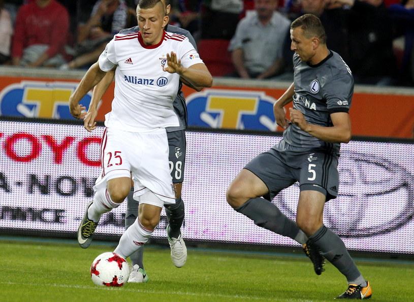 Łukasz Wolsztyński (z lewej) podczas meczu z Legią Warszawa /Andrzej Grygiel /PAP