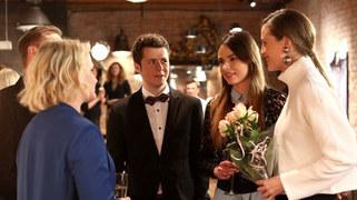 Łukasz zaprosi Martę i Andrzeja na wernisaż znajomej… Ale na wystawie pojawi się też kilku innych bohaterów serialu. Kto wybierze się do galerii - i jak dobrze będzie się przy tym bawić?