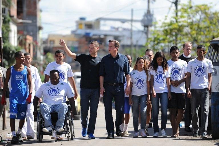 Luta Pela Paz to bardzo udana inicjatywa. W 2012 roku grupę młodzieży odwiedził James Cameron /AFP