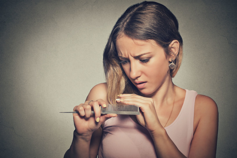 Łysienie androgenowe coraz częśćiej dotyka również kobiet /©123RF/PICSEL