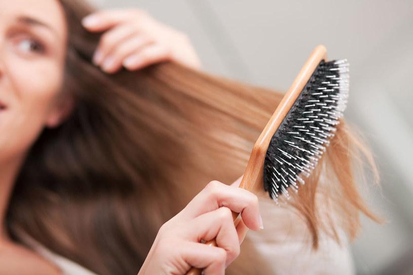 Łysienie widać, gdy wypadnie połowa włosów. Zareaguj wcześniej /123RF/PICSEL