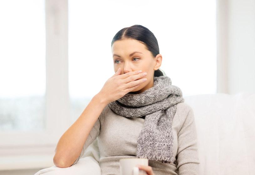Łzawiące oczy i kichanie mogą być objawem alergii /123RF/PICSEL