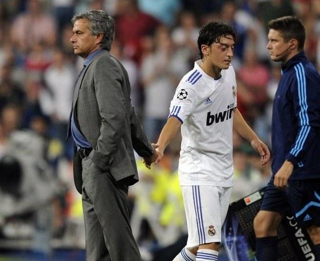 M.in. dzięki grze dla Niemiec Mesut Oezil trafił do Realu i podaje rękę Jose Mourinho. /AFP