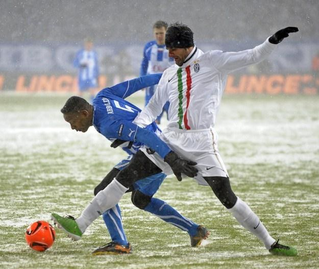 M.in. za zatrzymywanie piłkarzy klasy Iaquinty Manuel Arboleda dostał nowy kontrakt. /AFP