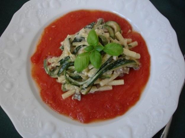 Maccharoni z cukiną, borowikami i sosem pomidorowym
