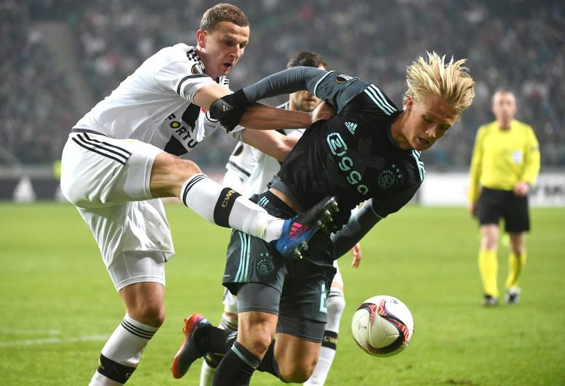 Maciej Dąbrowski (z lewej) walczy o piłkę z Kasperem Dolbergiem /Fot. Bartłomiej Zborowski /PAP