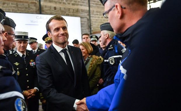 Macron składa hołd pamięci polskiego kierowcy, który zginął z powodu migrantów koło Calais