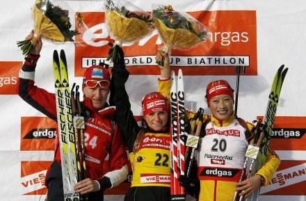 Magdalena Gwizdoń (z lewej) po raz trzeci w tym sezonie na podium PŚ /AFP