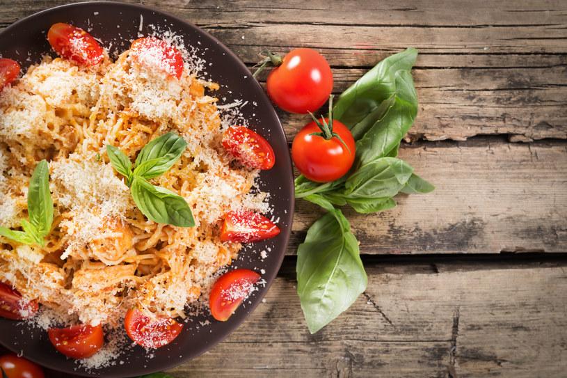 Makaron spaghetti z cytrynowym kurczakiem /123RF/PICSEL