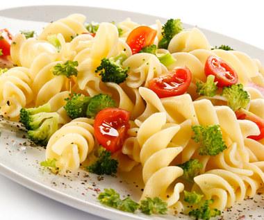 Makaron z brokułami i pomidorem