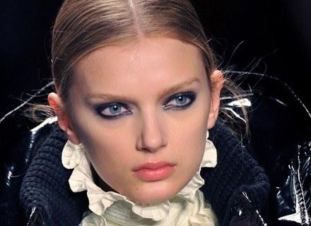 Makijaż Givenchy jest inspirowany barwami nocy. /AFP