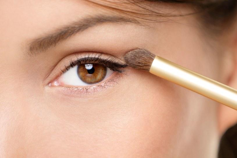 Makijaż smokey eye poprzez zabawę różnymi teksturami pozwala wykreować wspaniały look /©123RF/PICSEL