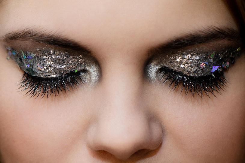 Makijaż w odcieniu srebra /123RF/PICSEL
