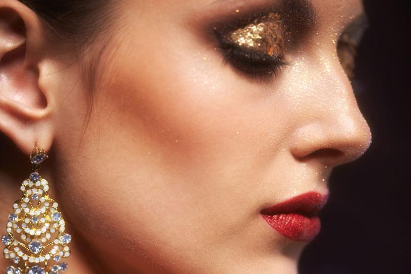 Makijaż w odcieniu złota /123RF/PICSEL