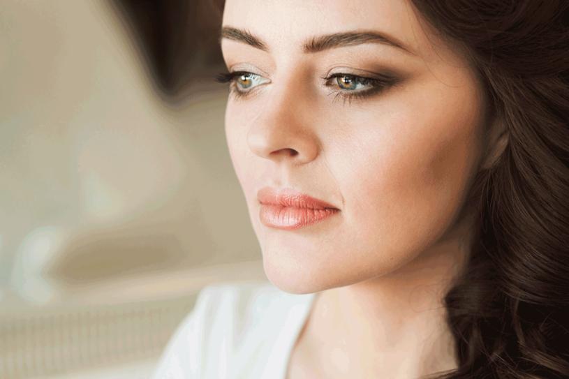 Makijażem poprawisz rysy twarzy /123RF/PICSEL