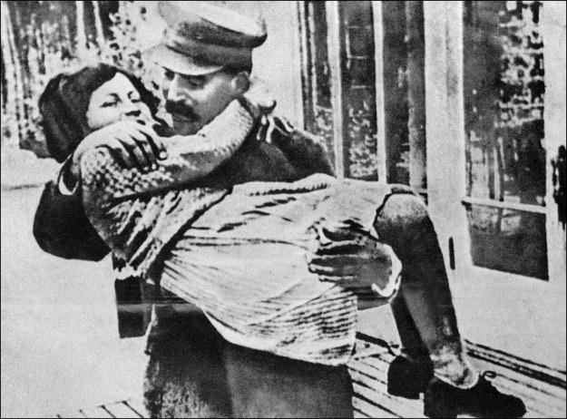 Mała Swietłana na rękach u ojca /AFP