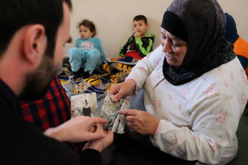 Malak wyciąga zdjęcia zrobione dwa tygodnie temu na gruzach rodzinnego domu w Aleppo /Paweł Krawczyk /INTERIA.PL