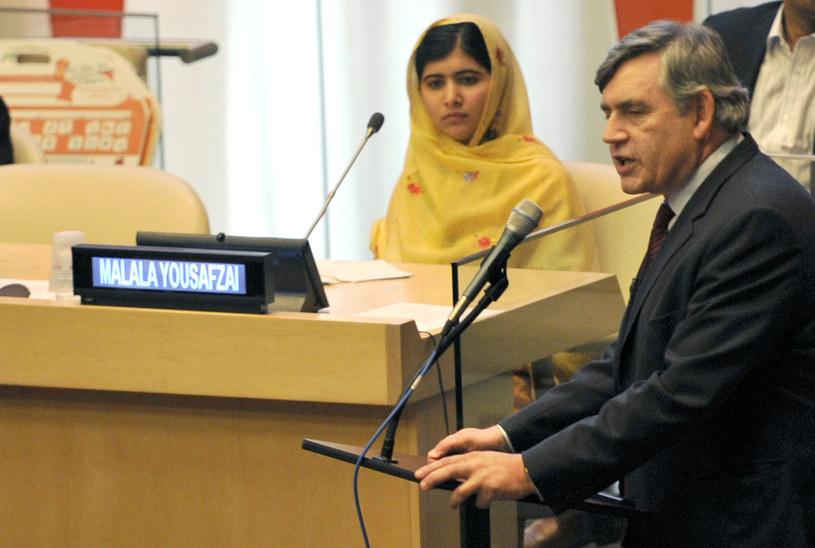 Malala Yousafzai (w tle) słucha przemówienia premiera Wielkiej Brytanii Gordona Browna /AFP