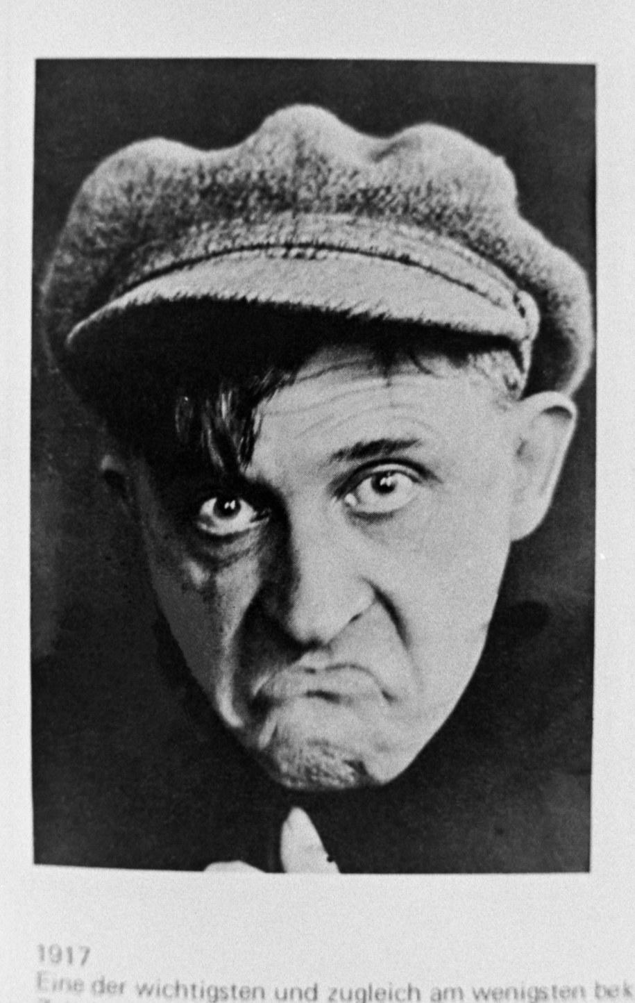 Malarz, pisarz Stanisław Ignacy Witkiewicz (1885-1939) - reprodukcje autoportretów fotograficznych grafik z książek /reprodukcja/Mirosław Stankiewicz /PAP