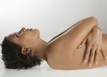Małe piersi to utrapienie niejednej kobiety /ThetaXstock