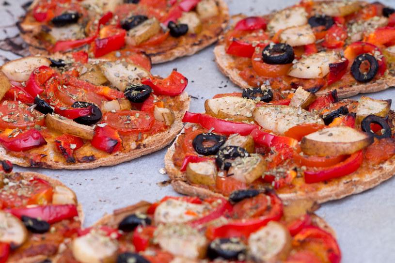 Małe pizze z kaparami i pesto /©123RF/PICSEL