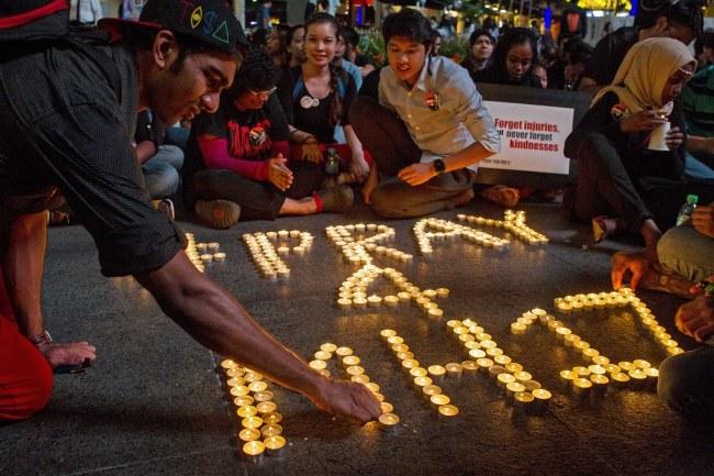 Malezyjska młodzież oddająca hołd ofiarom katastrofy /AZHAR RAHIM /PAP/EPA