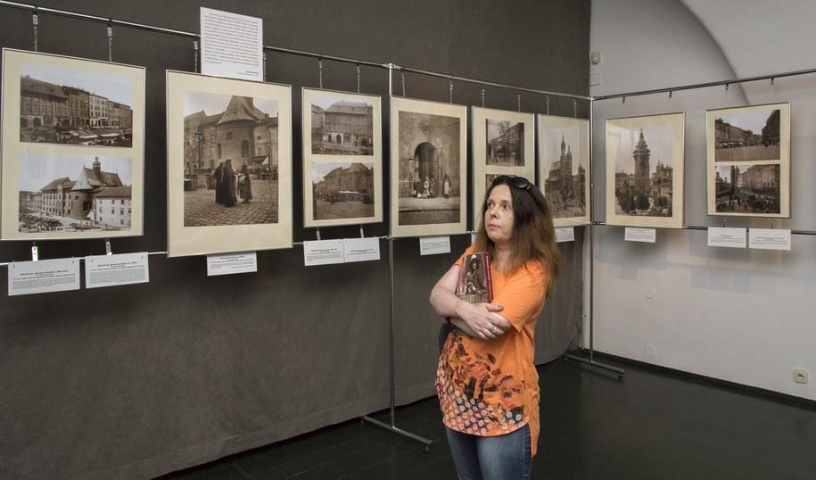 """Małgorzata Bilska na wystawie """"Krakowskie wariacje"""" /fot. Janusz Kozina /"""