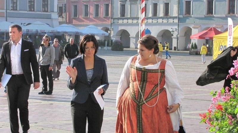 Małgorzata Steckiewicz i Dominika Lipska - przewodniczka w stroju stylizowanym na II połowę XVI wieku /Jacek Skóra /RMF FM
