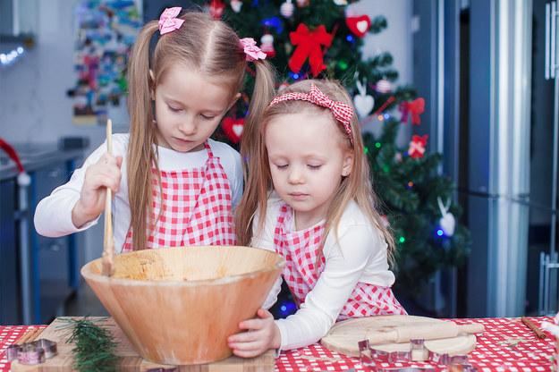 Mali pomocnicy Świętego Mikołaja, czyli jak dzieci pomagają w świątecznych przygotowaniach