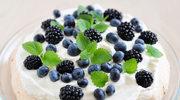 Maliny i jagody na bezowym spodzie