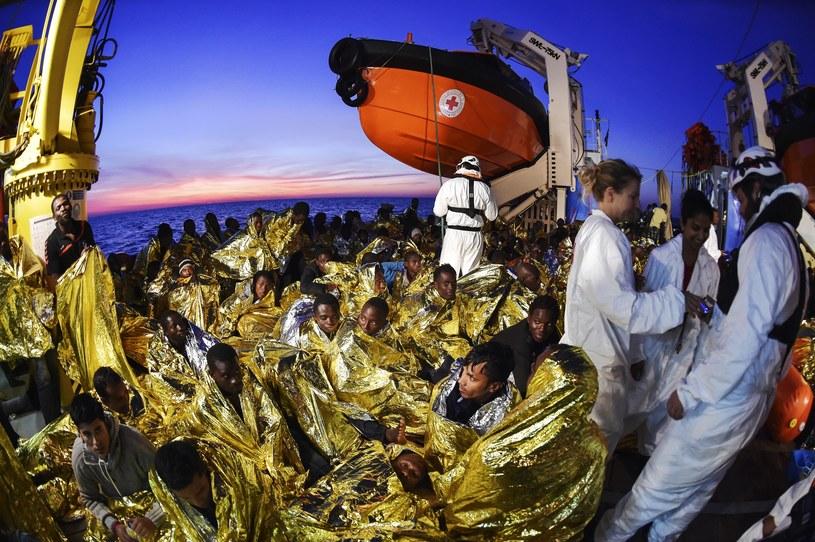Maltańska organizacja MOAS wraz z Włoskim Czerwonym Krzyżem patrolują Morze Śródziemne w poszukiwaniu uchodźców /ANDREAS SOLARO /AFP