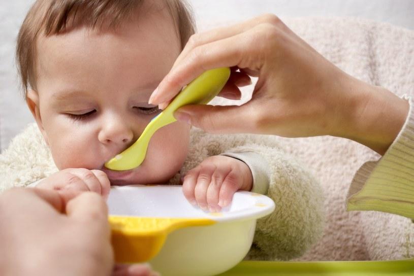 Maluch, który pluje lub wyrzuca jedzenie, nie robi na złość. Często jest to reakcja na nowy, nieznany produkt i jego fakturę lub smak /©123RF/PICSEL