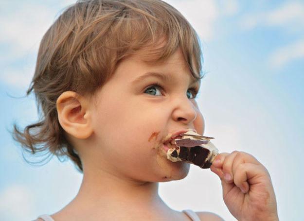 Maluch mógł złapać salmonellę, spożywając zakażone bakteriami produkty: jajka, mięso lub mleko i jego przetwory /©123RF/PICSEL
