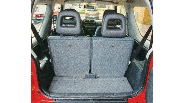 Mały bagażnik można w prosty sposób powiększyć poprzez złożenie oparć siedzeń. /Motor