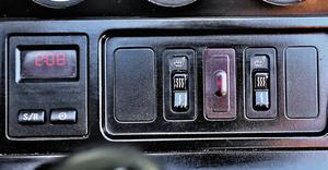 Mały komputer pokładowy oraz przyciski sterowania ogrzewaniem foteli. (kliknij, żeby powiększyć) /Motor