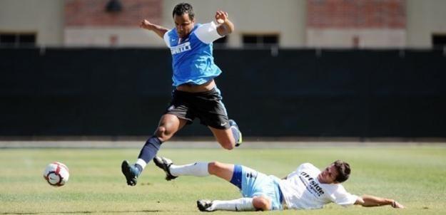 Mancini (w wyskoku) w Interze częściej trenował, niż grał o stawkę /AFP
