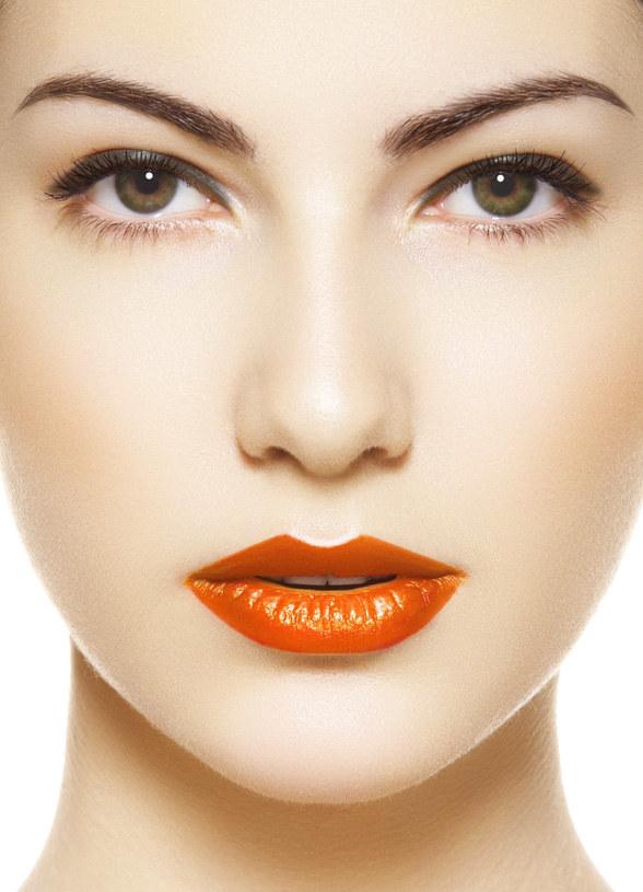 Mandarynkowy kolor na ustach wymaga idealnie gładkiej cery /© Panthermedia