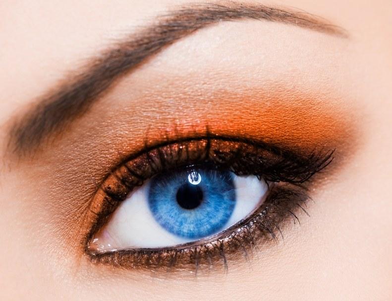 Mandarynkowy smoky eye /© Panthermedia