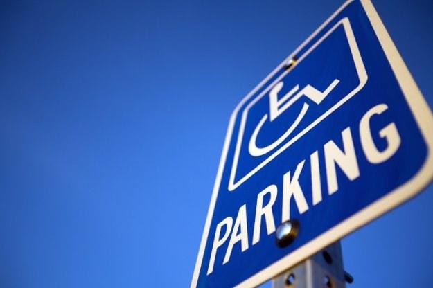 Mandat można dostać za parkowanie na miejscach dla niepełnosprawnych /© Panthermedia