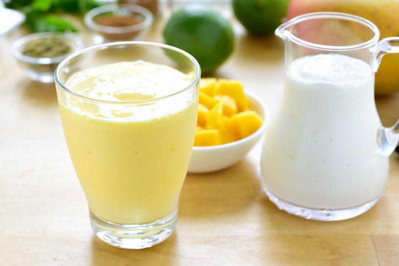 Mango, jogurt naturalny i domowy kosmetyk gotowy /123RF/PICSEL