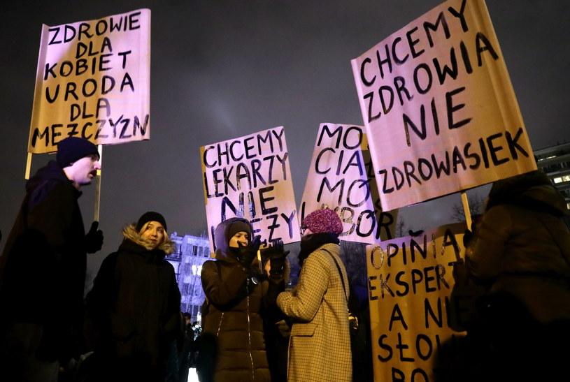 """Manifestację pod hasłem """"Miarka się przebrała"""" zorganizowały m.in.: Partia Razem, Inicjatywa Polska i Zieloni / Tomasz Gzell    /PAP"""