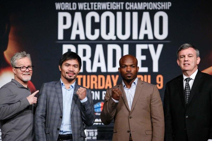 Manny Pacquiao (drugi od lewej) i Timothy Bradley (drugi od prawej) znów skrzyżują rękawice /AFP